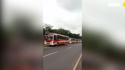 Transportistas al servicio de los políticos y abandonan a pasajeros, según denuncian