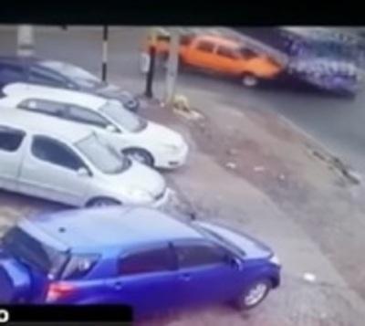 Bus impacta contra fachada de negocio en San Lorenzo