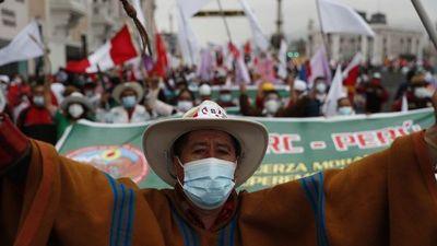 Divididos, peruanos marchan en defensa de sus candidatos
