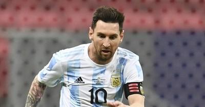 La Nación / Messi pelea por los focos con Neymar