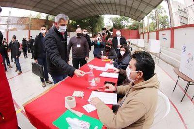 Mario Abdo votó en internas coloradas