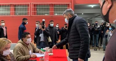 La Nación / Abdo Benítez emitió su voto sin dar declaraciones a los medios de prensa