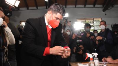 Nenecho depositó su voto y llama a participación de las internas simultáneas