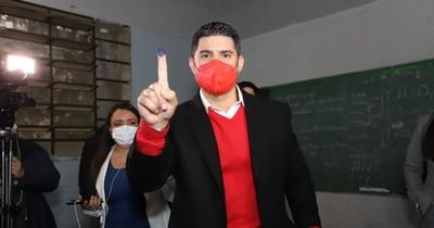 """La Nación / """"Nenecho"""" sufraga y pide no vender votos"""