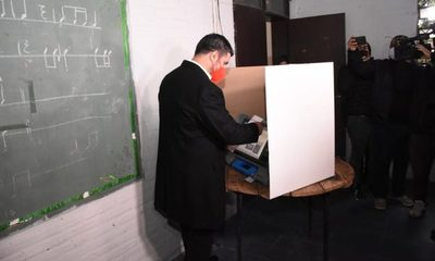 """""""Nenecho"""" votó e instó a jóvenes a ejercer la democracia"""