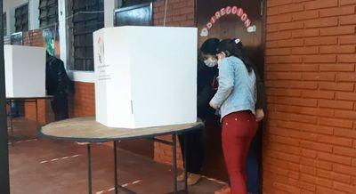 Electores con dificultad para usar la máquina de votación en Presidente Franco