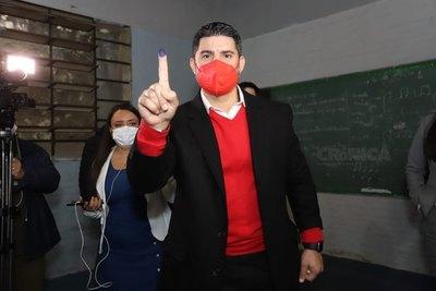 Crónica / Con aplausos recibieron a Nenecho en el local de votación