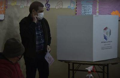 Sin declaraciones ni protocolos, votó el expresidente Cartes