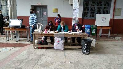 Liberales cierran locales de votación tras jornada de baja participación