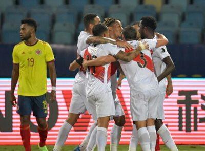 Perú vence a Colombia y se mete en la pelea