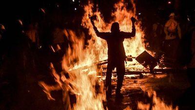 Un muerto y vehículos quemados en una noche de disturbios en Cali