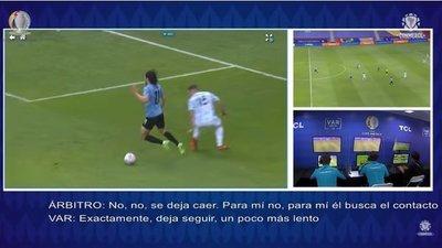 Esto dijo el VAR sobre el posible penal a Cavani, en el Uruguay vs Argentina