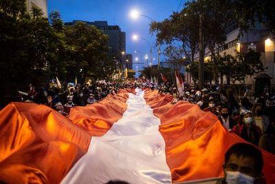 """Un 65 % de peruanos cree que hay """"indicios"""" de fraude electoral, dice sondeo"""