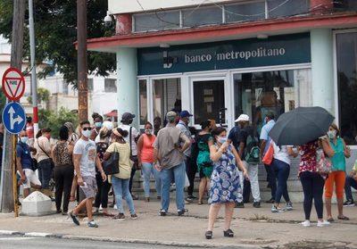Los bancos cubanos dejan de aceptar desde hoy depósitos de dólares en efectivo