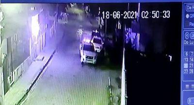 Denuncian que Policías a bordo de una patrullera chocaron contra el auto de un civil