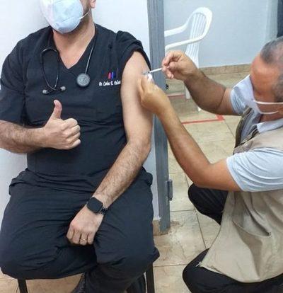 Vacunas anticovid redujeron internaciones y fallecidos en personal de salud