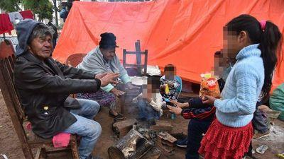 Tras desalojo en Itakyry, indígenas viven a la intemperie en plaza