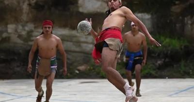La Nación / La pelota maya, una tradición que rebota de cadera en cadera en Guatemala