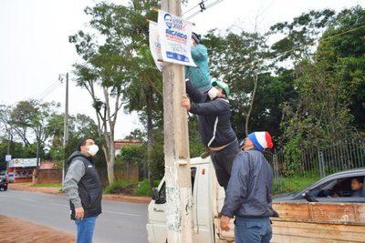 Villa Elisa: Retiran basura electoral de la vía pública
