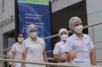Vacunación anti-COVID-19 al personal sanitario redujo internaciones y fallecimientos