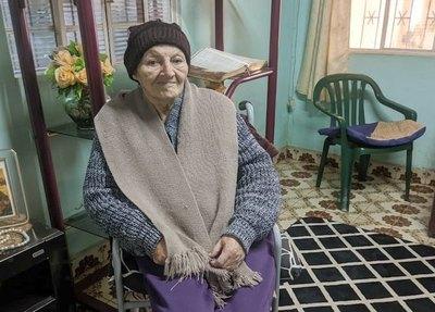 Crónica / ABUELA GUERRERA. Le batalló al covid en su propia casa