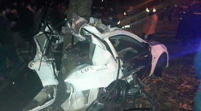 Empresario muere sobre la Autopista: auto quedó incrustado contra un árbol