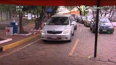 Con largas filas de vehículos arrancó la jornada de vacunación en la SND