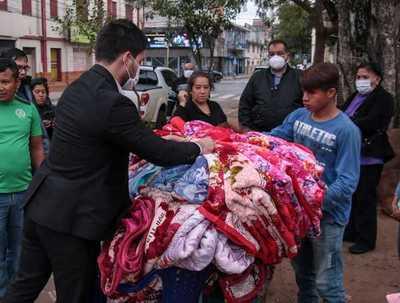 Minna entregó frazadas, ropas y calzados a niñas, niños y adolescentes