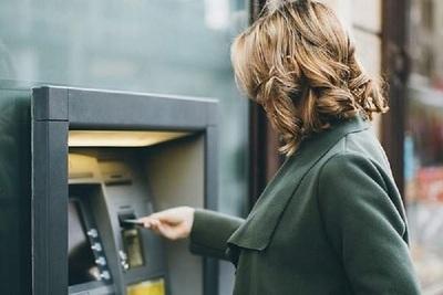 ¡Insólito error de un banco! Mujer fue al cajero automático y encontró USD 1.000 millones depositados en su cuenta