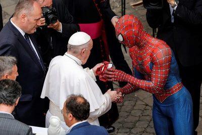 """El papa saluda a """"Spiderman"""" en el Vaticano"""