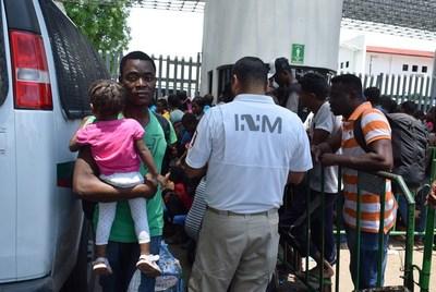 Interceptan a 108 migrantes hacinados en un autobús en el sur de México
