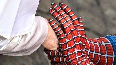 ¿Spiderman visita al Papa? Su Santidad recibió una visita muy inesperada