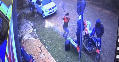 Con una pala, enfrentó a motoasaltantes y evitó robo