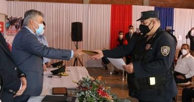 La Nación / Reconocen a tres policías que encontraron y devolvieron G. 16,3 millones