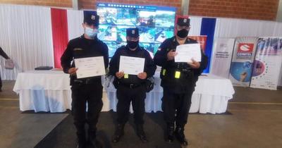 Por actuar con honestidad, policías reciben certificados de reconocimiento
