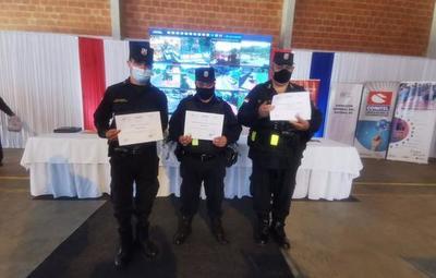 Policías son reconocidos por devolver importante suma de dinero tras procedimiento