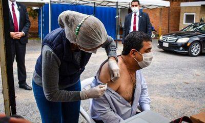 Vicepresidente recibió primera dosis de la vacuna contra Covid-19