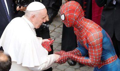 El Papa saluda a Spiderman en el Vaticano