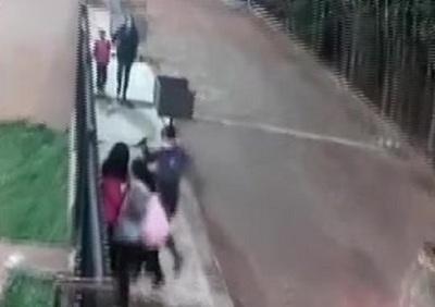 ¡DE TERROR| Asaltan a dos mujeres frene a una guardería.