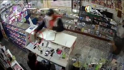 Dos asaltantes robaron un local comercial.