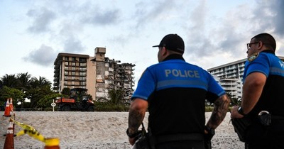 La Nación / Un muerto dejó el derrumbe parcial de un edificio en Florida