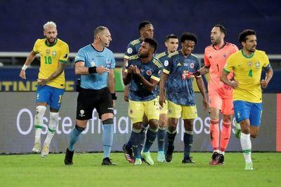 Néstor Pitana: mal colocado en la jugada, pero correcta aplicación del reglamento en el gol de Brasil