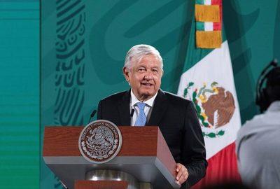López Obrador se compromete a reabrir accidentada línea del metro en un año