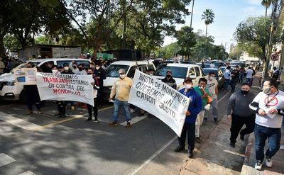 """Empresarios explotadores de """"tragamonedas"""" se manifestaron frente al Congreso para exigir el cese de cobro de canon por parte de la empresa iCrop"""