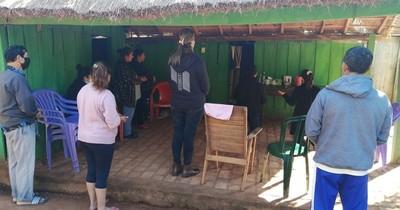 La Nación / Vecinos acompañan a familiares de Lady Luna en vigilia de noticias favorables