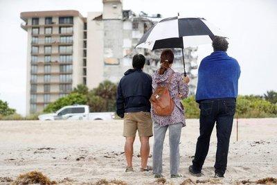 Horror, escombros y lágrimas: 22 imágenes dramáticas captadas por fotógrafos en el lugar del derrumbe en Miami