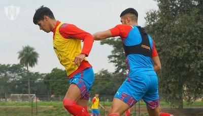 La espectacular pirueta y golazo de Robert Morales en la práctica de Cerro