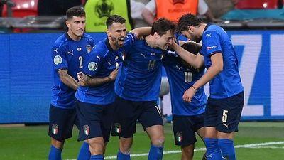 Italia sufre para instalarse en cuartos