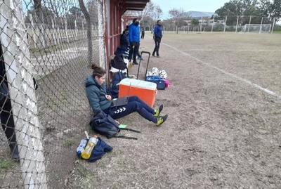Insólito: Futbolista rinde examen en pleno partido