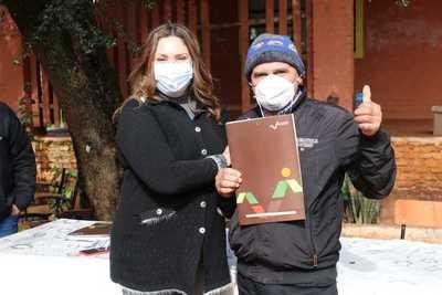 Tras 23 años, beneficiarios de Caaguazú recibieron sus títulos de propiedad